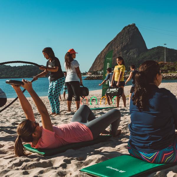 Abdominal com peso na praia do flamengo Mude Unimed RJ